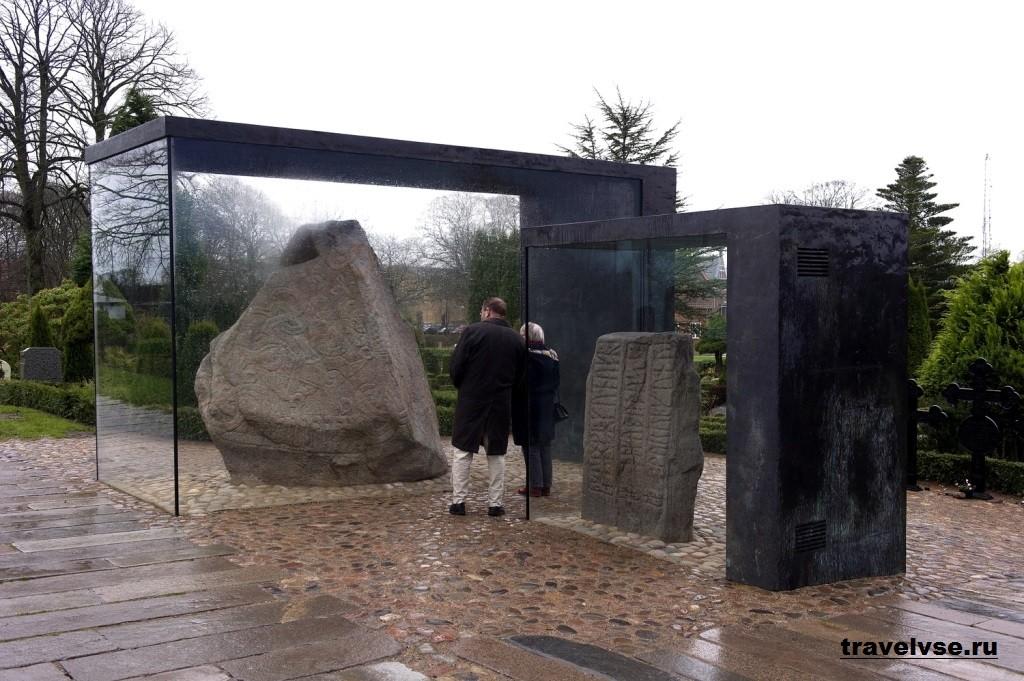 Рунные камни в Еллинге